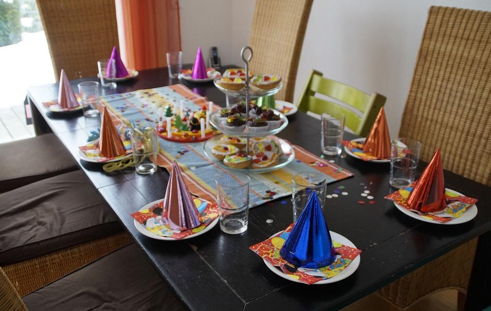 Comment apprendre à un enfant à bien se comporter à table ?